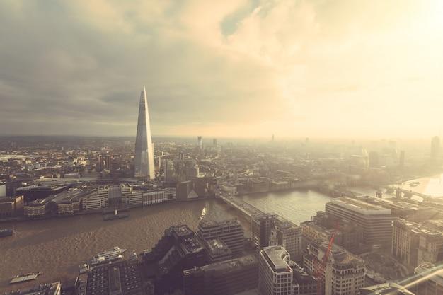 Widok z lotu ptaka londynu z wieżowcem shard