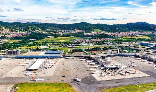 Widok z lotu ptaka lotniska guarulhos w sao paulo, brazylia