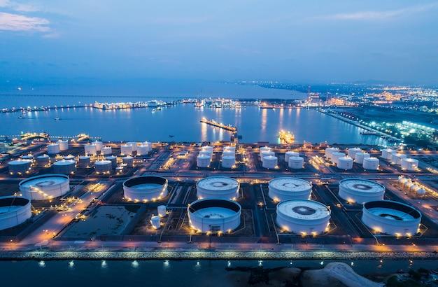 Widok z lotu ptaka lub widok z góry na nocny terminal naftowy to obiekt przemysłowy do magazynowania ropy naftowej i produktów petrochemicznych.