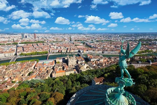 Widok z lotu ptaka lyonu ze szczytu notre dame de fourviere, francja, europa
