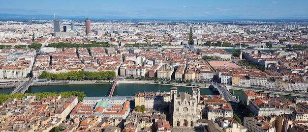 Widok z lotu ptaka lyonu ze szczytu notre dame de fourviere we francji