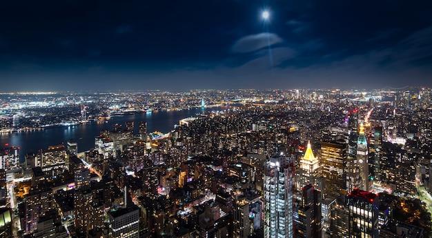 Widok z lotu ptaka manhattan nowy jork przy nocą