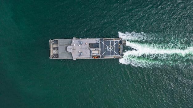 Widok z lotu ptaka marynarki wojennej wojskowy statek na otwartym morzu, widok z lotu ptaka transport ziemno-wodny.