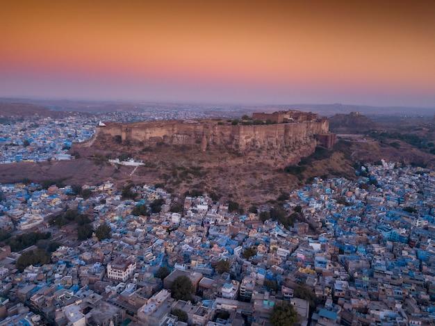 Widok z lotu ptaka mehrangarh fort przy zmierzchem