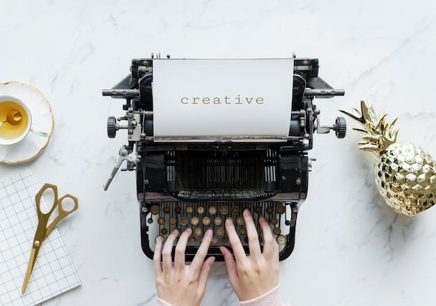Widok z lotu ptaka mężczyzna pisać na maszynie na retro maszyna do pisania