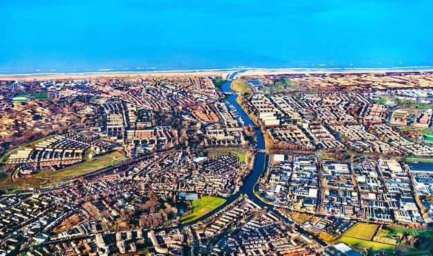 Widok z lotu ptaka miasta katwijk na wybrzeżu morza północnego w holandii