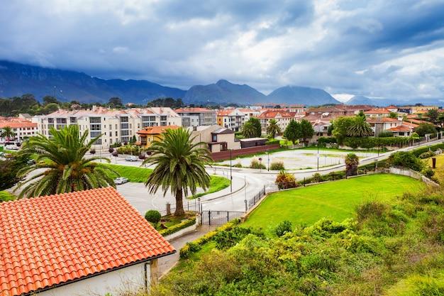 Widok z lotu ptaka miasta llanes. llanes to gmina w prowincji asturia w północnej hiszpanii.
