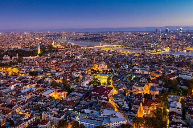 Widok z lotu ptaka miasta stambuł o wschodzie słońca w turcji.