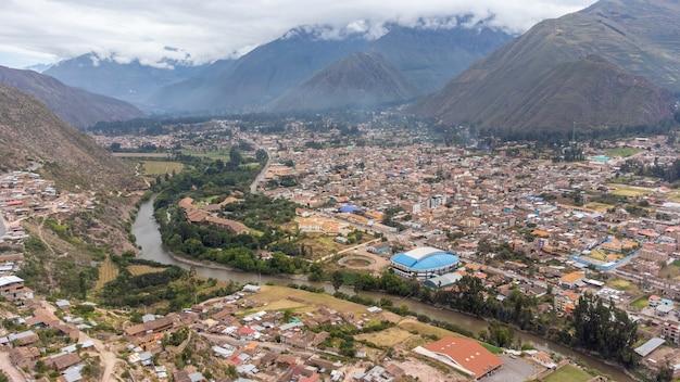 Widok z lotu ptaka miasta urubamba w świętej dolinie cusco. peru
