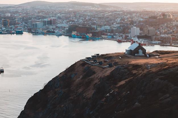 Widok z lotu ptaka miasto budynki na brown górze podczas dnia