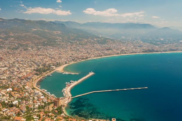 Widok z lotu ptaka miasto na linii brzegowej w turcja