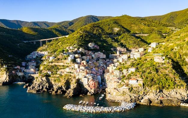 Widok z lotu ptaka miejscowości riomaggiore w cinque terre, liguria, włochy