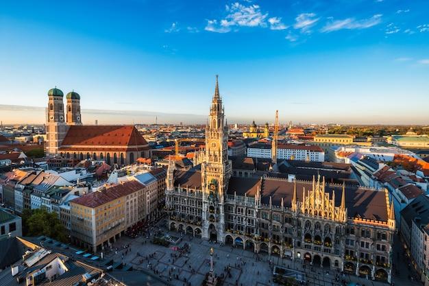 Widok z lotu ptaka monachium - marienplatz, neues rathaus i frauenkirche z kościoła św. piotra o zachodzie słońca. monachium, niemcy