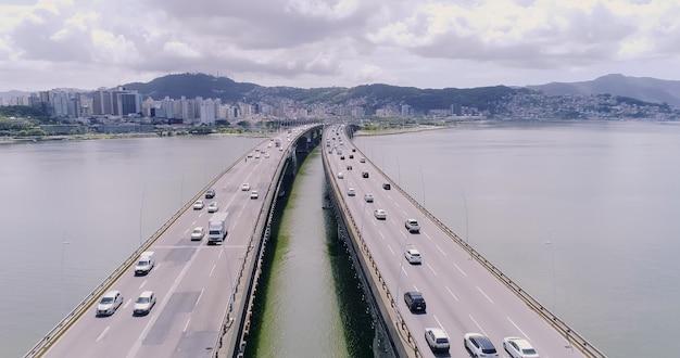 Widok z lotu ptaka most florianopolis, brazylia.