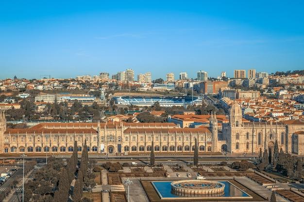 Widok z lotu ptaka mosteiro dos jeronimos, położonego w dzielnicy belem w lizbonie, portugalia.
