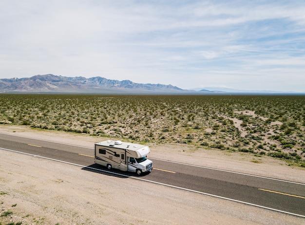 Widok z lotu ptaka motorhome jeżdżenie na autostradzie w pustyni usa kalifornia