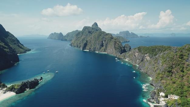 Widok z lotu ptaka mount island na wybrzeżu morza tropikalnego. niesamowity krajobraz wysepki palawan na filipinach