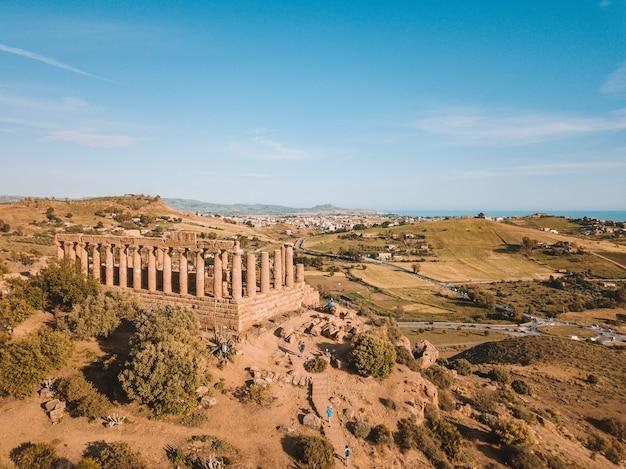 Widok z lotu ptaka na akropol na szczycie wzgórza