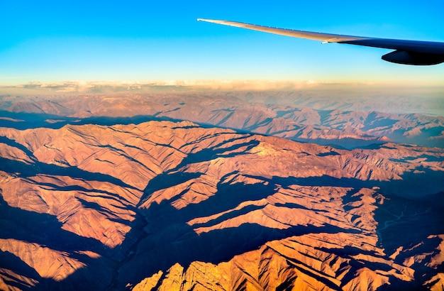 Widok z lotu ptaka na andy w peru