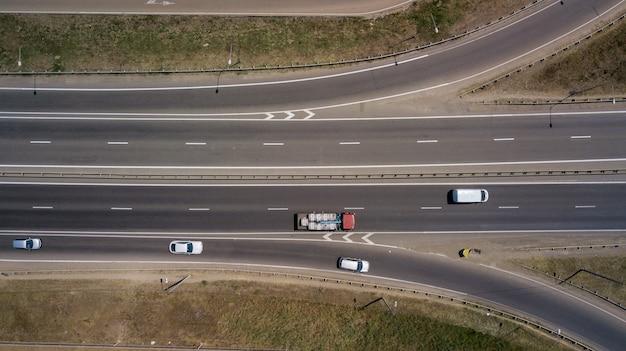 Widok z lotu ptaka na autostradę i wiadukt w mieście w słoneczny dzień