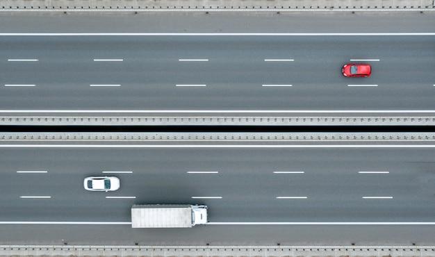 Widok z lotu ptaka na autostradę z różnymi połączeniami. pojazdy poruszają się po drogach. nowoczesne drogi polska