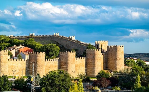 Widok z lotu ptaka na avila ze średniowiecznymi murami. światowe dziedzictwo unesco w hiszpanii