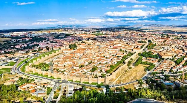 Widok z lotu ptaka na avila ze średniowiecznymi murami. w hiszpanii