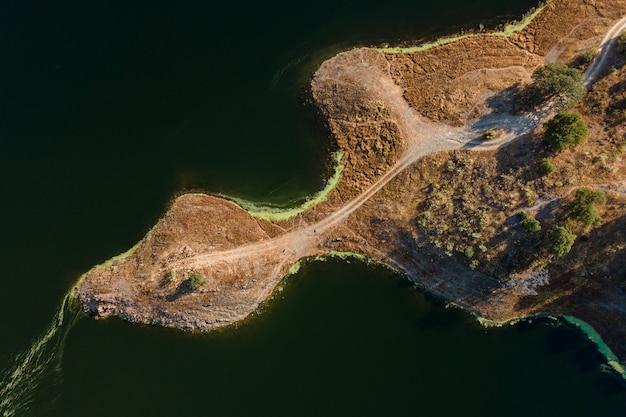 Widok z lotu ptaka na bagna alcantara w pobliżu garrovillas w estremadura, hiszpania