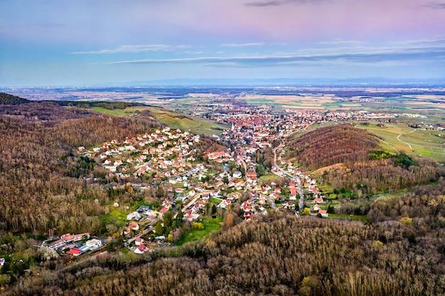 Widok z lotu ptaka na barr, miasto u podnóża wogezów - grand est, francja