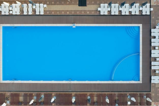 Widok z lotu ptaka na basen. zdjęcie lotnicze miejsca wakacyjnego z basenem.