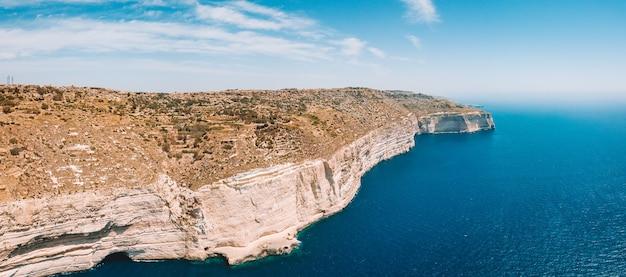 Widok z lotu ptaka na białe strome klify na wyspie malta