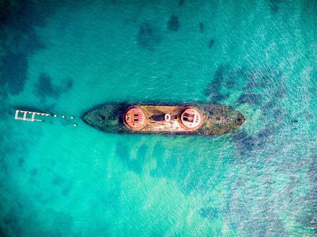 Widok z lotu ptaka na błękitne morze i łódź