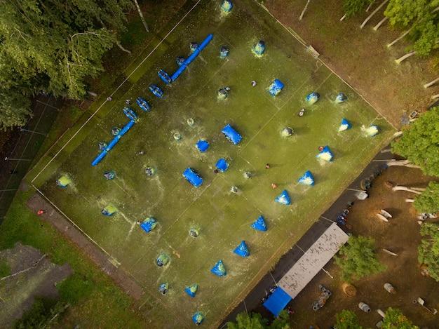 Widok z lotu ptaka na boisko do paintballa w miejskim parku publicznym. widok z góry.