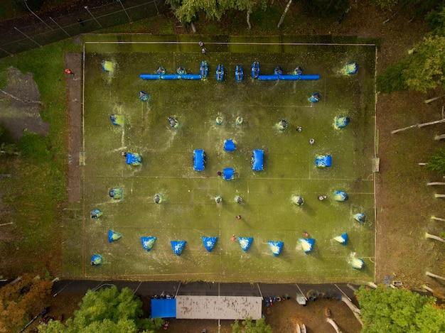 Widok z lotu ptaka na boisko do paintballa w miejskim parku publicznym.