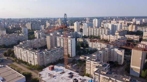 Widok z lotu ptaka na budynek z żurawiami budowlanymi