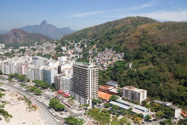 Widok z lotu ptaka na budynki i fawelę w rio de janeiro w brazylii.