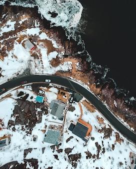 Widok z lotu ptaka na budynki miasta i drogi
