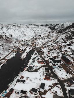 Widok z lotu ptaka na budynki miasta w ciągu dnia