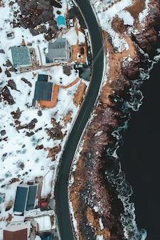 Widok z lotu ptaka na budynki miejskie w pobliżu zbiornika wodnego w ciągu dnia