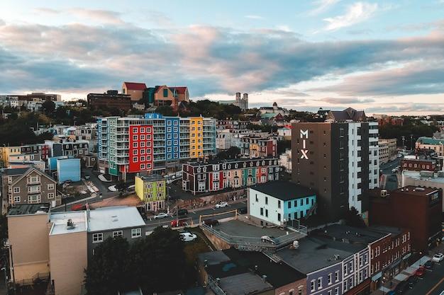 Widok z lotu ptaka na budynki miejskie