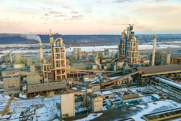 Widok z lotu ptaka na cementownię z wysoką strukturą fabryki w strefie produkcji przemysłowej.