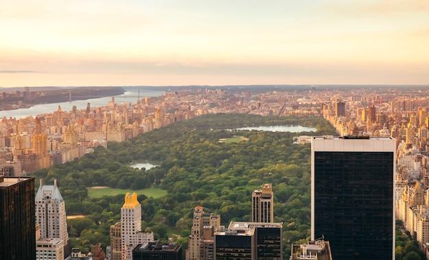 Widok z lotu ptaka na central park na manhattanie, nowy jork, z drapaczami chmur na pierwszym planie