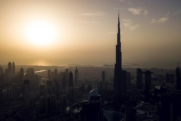 Widok z lotu ptaka na centrum dubaju przed zachodem słońca?