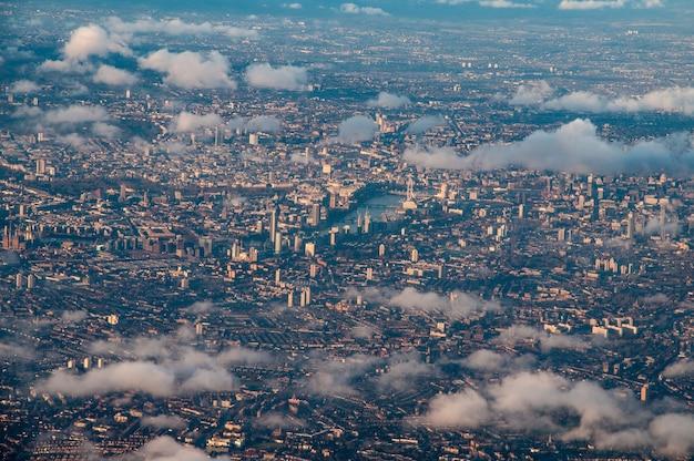 Widok z lotu ptaka na centrum londynu przez chmury