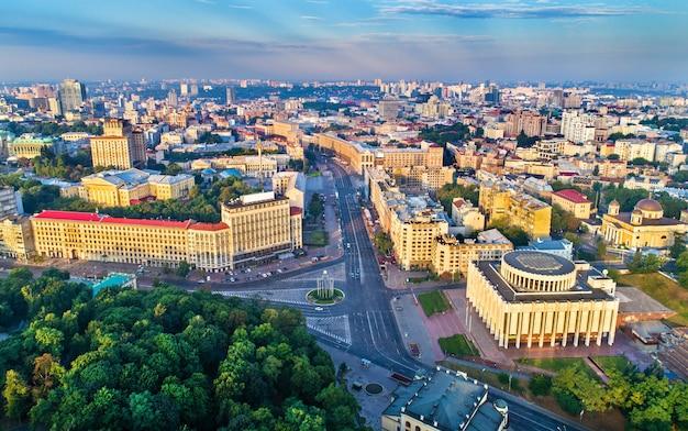 Widok z lotu ptaka na chreszczatyk, plac europejski i dom ukraiński w centrum kijowa, stolicy ukrainy