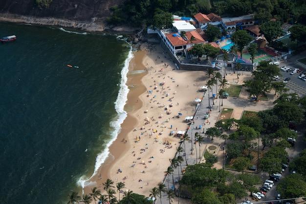 Widok z lotu ptaka na czerwoną plażę w urca w rio de janeiro w brazylii.