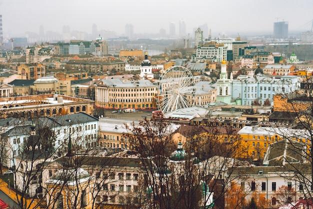 Widok z lotu ptaka na dachy budynków dzielnicy podil, miasto kijów, panoramę miasta kijów, stolica ukrainy