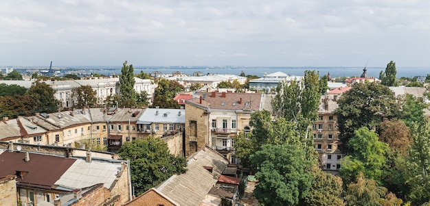 Widok z lotu ptaka na dachy i stare dziedzińce odessy. widok na odessę z dachu. budynki starego miasta
