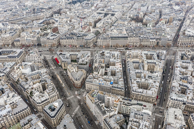 Widok z lotu ptaka na dachy paryża