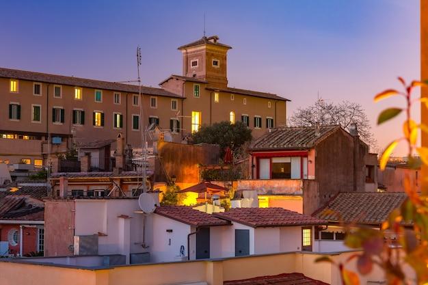 Widok z lotu ptaka na dachy starego miasta w nocy w rzymie, włochy.